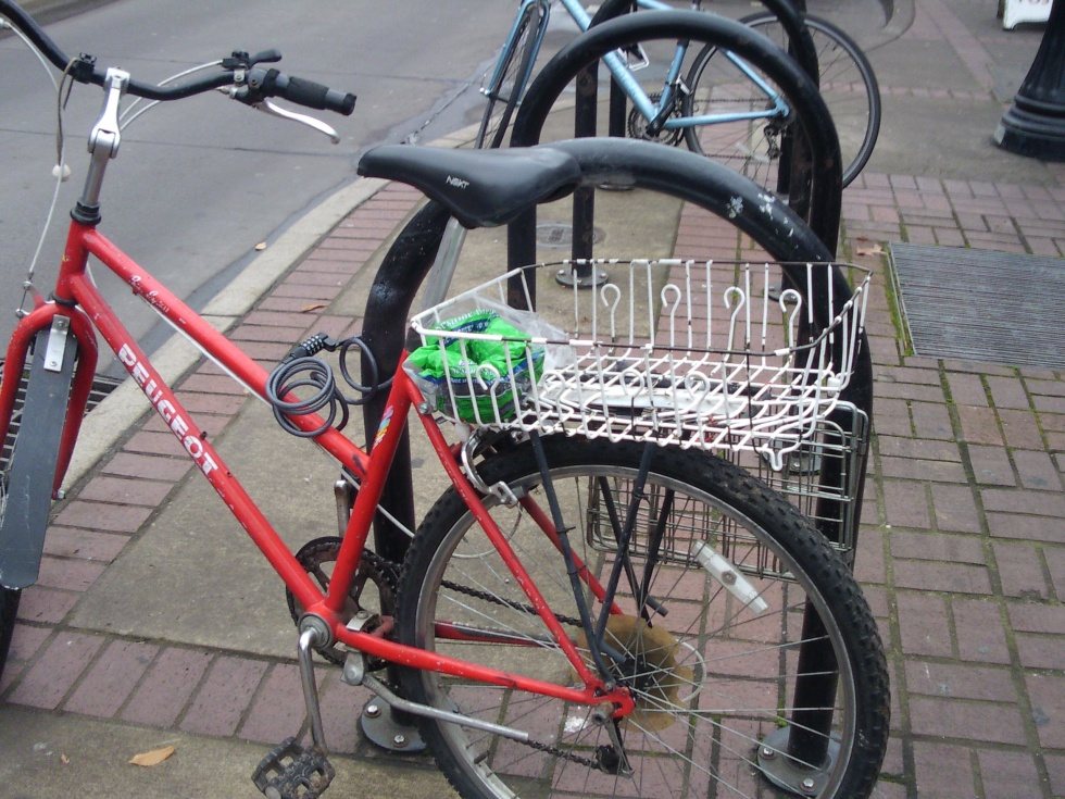 Image of a bicycle using an old dish-drying rack as a basket